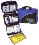 冒険の医学のキットかキャンプの救急箱または救急箱をハイキングすること