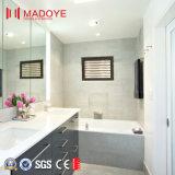 Ванная комната с фиксированной алюминиевые жалюзи окна