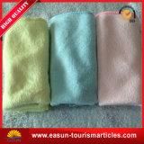 Toallas disponibles del recorrido del algodón en bandeja plástica