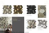 六角形ベージュおよび灰色のガラス組合せの内部の装飾的なモザイク・タイル