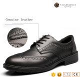 人の黒い革鋼鉄つま先の靴の中敷はオフィスの服の安全靴を注入した
