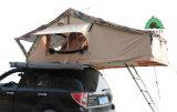 viaggio stradale 4X4 sopra la tenda della parte superiore del tetto del camion dello sbarco per accamparsi