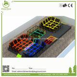Parco di divertimenti dell'interno variopinto luminoso con la zona di corso e del trampolino di Ninja
