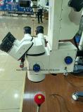 Microscópio de operação do equipamento oftalmológico