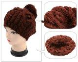 OEMデザインケーブル手のニットのポンポンの冬の帽子の帽子の女性