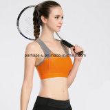女性のテニスのスポーツのブラの体操は適性の衣服を身に着けている