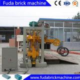 Mini bloc concret manuel de Habiterra faisant la machine