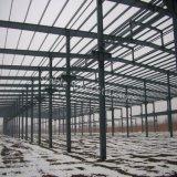 Gruppo di lavoro chiaro della struttura d'acciaio con la vernice della ruggine
