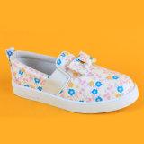 Slittamento bello dell'adolescente dei capretti del T.S. Eleegence sulle scarpe da tennis casuali stampate floreali piane delle ragazze dell'arco