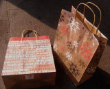 El diseño del hombre de la nieve del brillo recicla el bolso del regalo del papel de Kraft