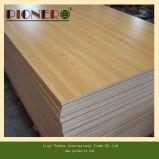 Material de madera de teca madera contrachapada de grano con flores.
