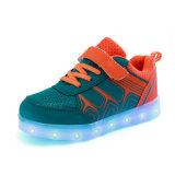 7カラーのYezi LEDの靴は子供のための軽い靴を卸し売りする