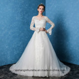 Новая невеста одевает шнурки кнопки изумляя отбортовывающ мантию венчания