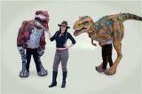 Il vestito del dinosauro nella sosta ha un giorno così felice