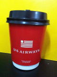 Taza de café doble de la pared con la tapa