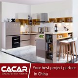 Lustro elevado e gabinete de cozinha ensolarado