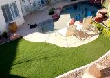 Erba artificiale del giardino multicolore con l'appoggio dei pp e dei pp