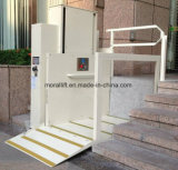 [س] حامل شهادة كرسيّ ذو عجلات هيدروليّة يعجز رجل مصعد