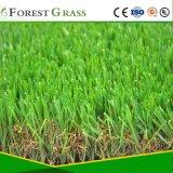 Garten, der gefälschtes Gras landschaftlich verschönert