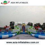 プールが付いている巨大で膨脹可能なスライド