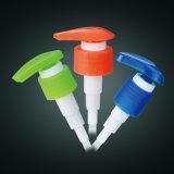 La pompa dell'erogatore del sapone liquido di plastica avvita in su la lozione