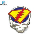 Nenhum molde em forma de cranio de alta qualidade crachá de metal personalizada