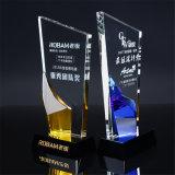 Wit Duidelijk Transparant Glas met de Kleurrijke Gele Blauwe Glas Aangepaste die Toekenning van de Trofee van het Kristal met de Zwarte Giften van de Herinnering van de Basis wordt gegraveerd