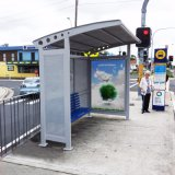 バス停留所のバス待合所のステンレス鋼の太陽バス停