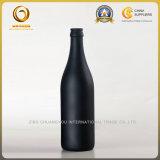王冠の上(567)が付いている500mlによって吹きかけられる無光沢の黒いビール瓶