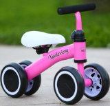 Três crianças equilibragem da roda o bebé de triciclo