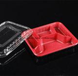 使い捨て可能で黒い円形か正方形のプラスチックはふたが付いている食糧容器を取り除く