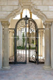 完全な円形上の青銅の鉄の両開きドア