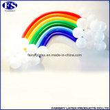 Latex-Magie, welche die langen Ballone, Ballone verdrehend formt