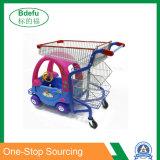 Carrello di acquisto di divertimento dei bambini del centro commerciale del supermercato