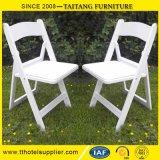 백색 비닐에 의하여 덧대지는 시트를 가진 백색 수지 접는 의자