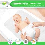 テリーの赤ん坊のための変更のパッドはさみ金によってキルトにされる再使用可能な変更表マットシートの保護装置