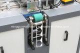 Verwendetes Kaffee-Papiercup, das Maschine mit Griff herstellt