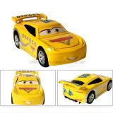 장난감 차가 사랑스러운 제조 플라스틱에 의하여 농담을 한다