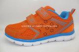 Le type neuf badine les chaussures de course de sport de mode d'enfants