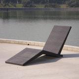2017新式の庭のLeisuerの屋外の家具の藤のLoungの椅子かSunbed/Loungのベッド