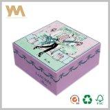 Geschenk-Papierkasten, der für Schokolade verpackt