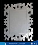 Specchio decorativo fissato al muro di periodo