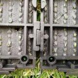 Uso del giardino che collega le mattonelle artificiali verdi dell'erba