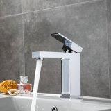 Chrome chute d'eau du robinet du bassin de la salle de bains le levier du robinet Dg-Bf2020