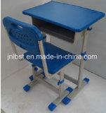 Seul un bureau et chaises pour l'école