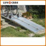 障害者のための折られたアルミニウム車椅子の傾斜路