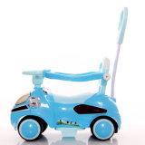 Un giro di plastica dei quattro bambini delle rotelle sull'automobile di oscillazione con le musiche
