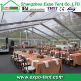Большие прозрачные шатры партии с таблицами и стулами