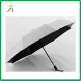 ترويجيّ يطوي مظلة لأنّ مطر ثلاثة ثني مظلة