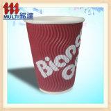 Tazza di caffè calda a gettare con la maniglia del coperchio
